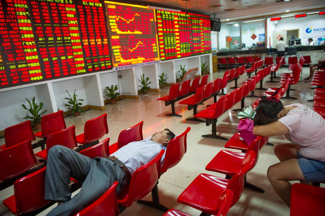 HAIKOU, CHINA - AUGUST 26: (CHINA OUT) Investors have a rest at a stock exchange hall on August 26, 2015 in Haikou, China. Chinese shares plunged on Wednesday with the benchmark Shanghai Composite Index down 37.68 points, or 1.27 percent, to close at 2,927.29. The Shenzhen Component Index fell 298.22 points, or 2.92 percent, to close at 9,899.72. (Photo by Luo Yunfei/CNSPHOTO/ChinaFotoPress/ChinaFotoPress via Getty Images)